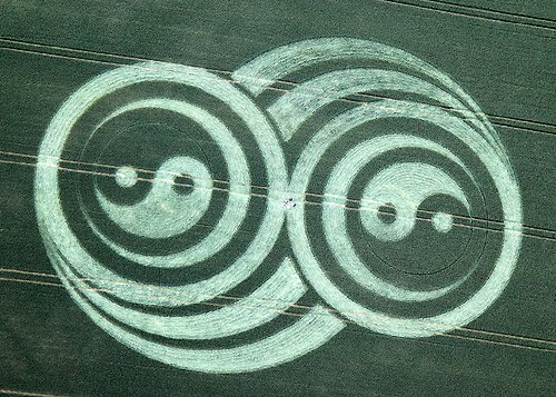 Yin Yang Crop Circle West Kennett UK 2009.jpg